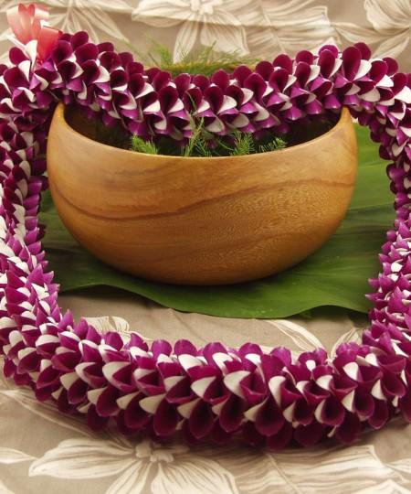purple and white Hawaiian lei