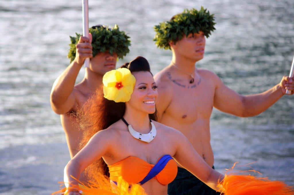 how to have a Hawaiian luau